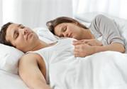 情侣睡姿揭秘心理亲密度