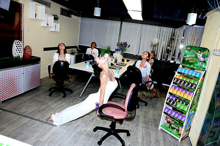 办公室练习瑜伽让你气质瞬间提升