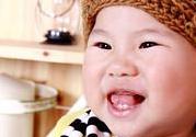 宝宝爱微笑可以提高智力吗,什么时候开始会笑