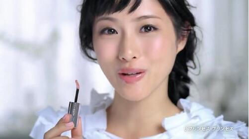 是不是还在用传统的上妆方法呢?那样的话你就OUT了,最近日本MM们发明了「先唇蜜后口红」的技巧方法,让你快速化出美丽彩妆,让我们一起先来看看吧。  一般我们上唇彩的步骤都是护唇膏口红唇蜜,这样的顺序对上妆经验者来说已经是个天经地义的顺序了。不过最近流行的唇彩擦法却颠覆了我们一直以来的化妆习惯! 「先唇蜜后口红」到底有什么奥妙呢?就让我们跟着日本MM来学习下吧。  从上图的示范,妞妞们可以发现两种涂法的顺序所呈现的妆效,从质感、发色度等等都能展现出不同的感觉,那么现在就让我们一起看看「先唇蜜后口红」的优点有