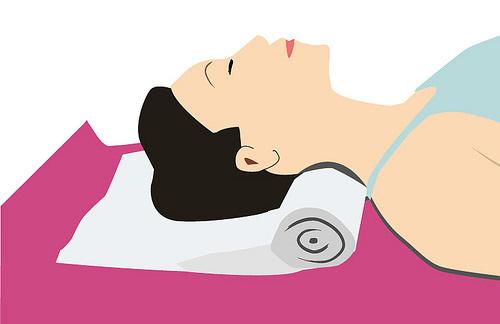 脖子颈部不舒服睡不好 自制毛巾枕助好眠
