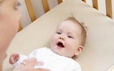 婴儿排便干是什么原因 婴儿拉绿色大便是怎么回事