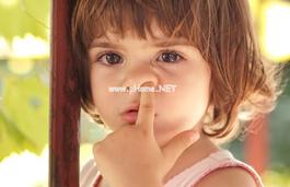 宝宝爱挖鼻孔怎么办有什么危害