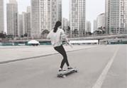 女生玩滑板能穿凉鞋吗?女生玩滑板要穿什么鞋