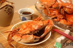 吃螃蟹可以喝红酒吗?吃螃蟹可以喝酒吗? 吃螃蟹能喝啤酒吗?