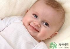 月子里寶寶會笑出聲