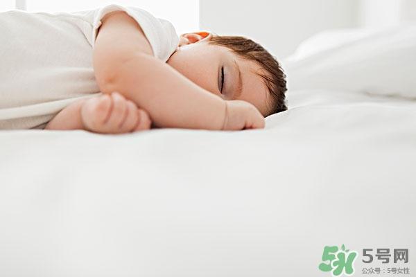 新生儿睡眠浅易惊醒 新生儿睡眠少怎么办/