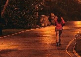 夜跑3小时尿液呈酱油色 夜跑好还是晨跑好