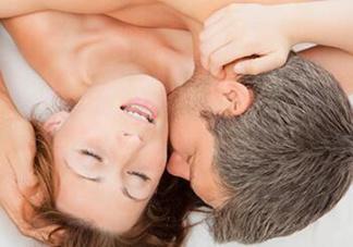 夫妻上演诱人裸戏 保持激情不灭