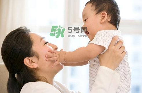 3~5个月的宝宝有多了解这个世界?宝宝睡眠习惯如何规范?