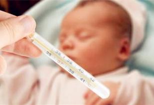 宝宝发烧睡着了要叫醒吃药吗?9个处理宝宝发烧的办法