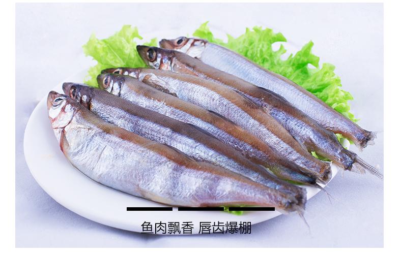 多春鱼买回家,只要在腮下豁一道小口,就可以连腮带肠子一起抽出。 多春鱼,原产自日本的深海鱼,因其鱼肚中一年都有鱼子,因此得名[多春鱼]。肚子里全是鱼籽不能开肚子,切去鱼头一半,从后面切,然后一扯把肠子都带出去就干净了 洗一下,晾干水,就可以用盐、料酒、姜腌起来,不要腌太久,大约十分钟左右就行了。同时,用生粉调一小碗粉汁,打一个鸡蛋,搅成蛋浆。起油锅,七八成热,把多春鱼在蛋浆里沾一下,再在粉浆里沾一下,放到油锅里去。用竹筷拔动一下,当鱼身炸到浅金黄色的时候,用笊篱捞起来。美味的香炸多春鱼就做好了!