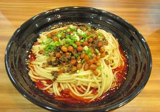 重庆小面为什么会火?重庆小面汤是怎么熬制的