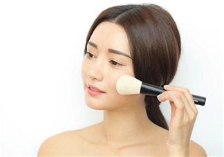粉饼和散粉哪个定妆效果好?定妆粉和定妆粉饼的使用方法