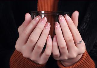 粉色渐变美甲怎么做?皮肤黑适合什么颜色的指甲油?