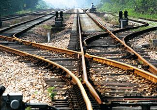你就站在火车站不要走动我去修条铁路是什么梗?