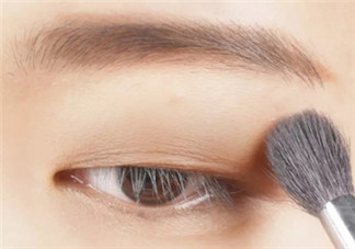 肿眼泡单眼皮眼妆图解 如何画看步骤