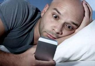 玩手机和好睡眠不可兼得?睡前记得做这件事!