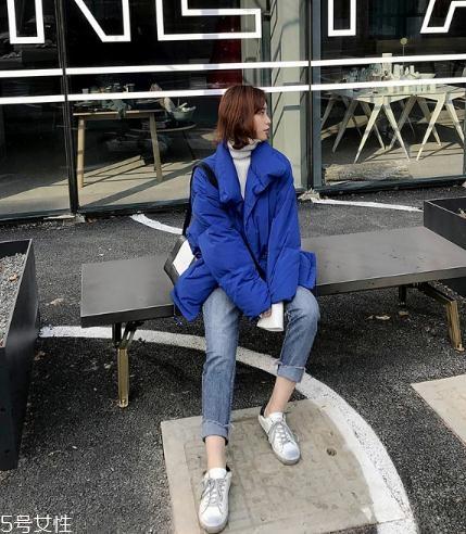 蓝色羽绒服怎么搭配?打破冬日的沉闷感