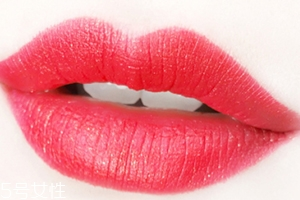 美宝莲金属唇膏62号发财色试色 涂上之后就会发财的颜色