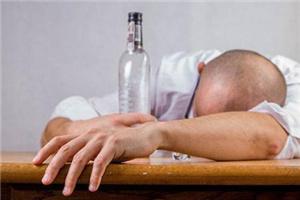 喝酒是吐好还是不吐好?醉酒难受的是想吐吐不出来