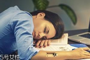 熬夜长膘什么原因?疲劳使人食欲大开