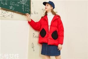 红色羽绒服搭配什么颜色毛衣?色彩搭配不止黑白灰