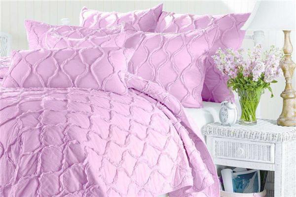毛毯和被子哪个盖在上面更暖和