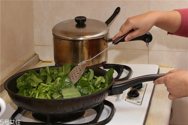 炒菜时油锅起火时应该怎么办 绝对不能浇水