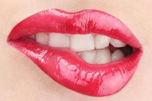 口红雨衣能和唇蜜一起用吗?一起用会残妆
