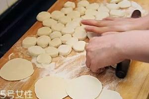 擀饺子皮怎么转圈?借用巧力才能转圈成圆
