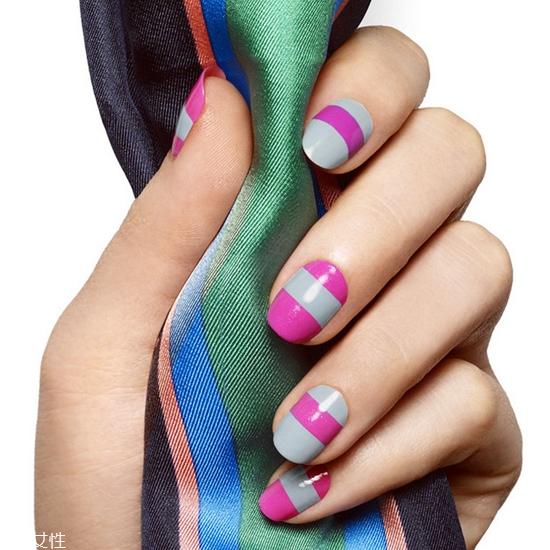 手黑的人美甲图片:法式美甲 推荐指数: 第一款法式美甲,在指尖上面进行了双色的叠加,比一般的法式更有层次感,而蓝绿色的搭配显得很清爽,配上手黑的妹子,也可以超级显白的!  第二款法式美甲,指尖上没有进行图形创新,指甲油的颜色上选择了带亮片的指甲油,搭配低调的浅紫色起到了互补的作用。黑手妹子get新技能吧!