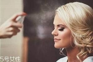 化妆浮粉卡粉解决方法 保湿喷雾让妆容水润透亮
