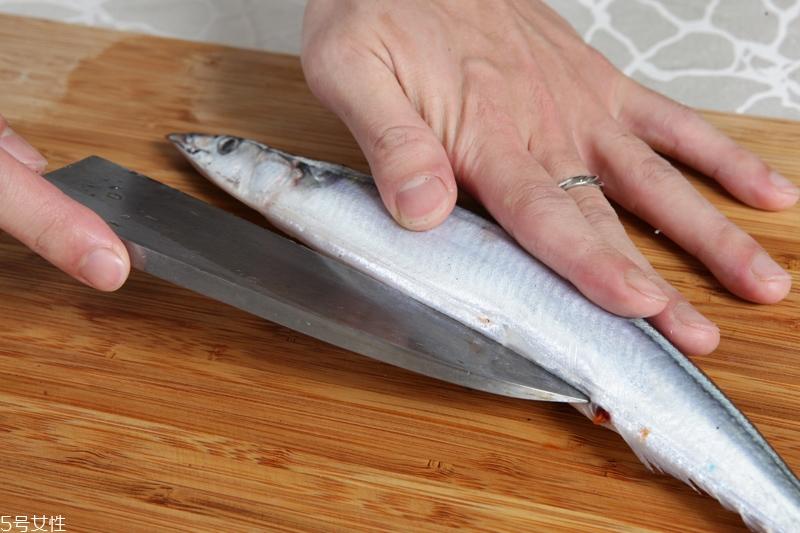 秋刀鱼怎么处理 秋刀鱼怎么去刺