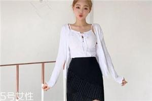 黑色短裙配什么上衣?基本款也能很时髦