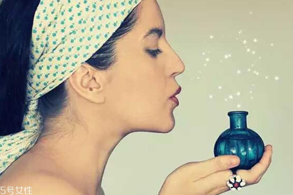 液体香水与固体香水哪个好?夏天用走珠香水最好