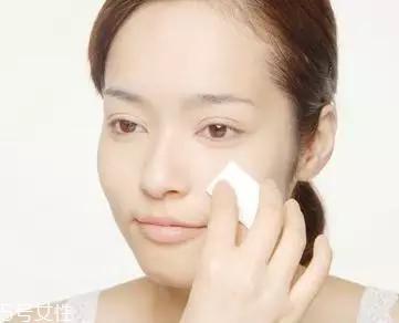 化妆卡粉是什么意思 导致卡粉的原因和解决方法