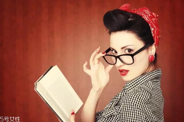 戴眼镜涂什么口红 戴眼镜口红颜色怎么选