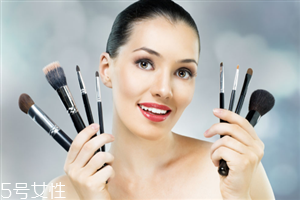 皮肤黑适合什么颜色的眉笔 皮肤黑解决方法