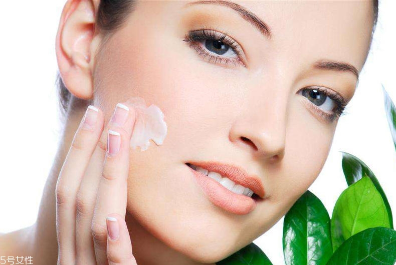 首先用洗面奶将脸部彻底清洁干净,接着先用爽肤水再用乳液进行护肤,最后取适量的素颜霜均匀的涂抹到脸部,并进行慢慢的按摩直到最终吸收。若是需要化妆的话,还可以搭配BB或者CC,皮肤会显得更好。 素颜霜的英文名为toningcream,直译过来便是调亮霜。使用了素颜霜,就能立马让脸部的皮肤不仅变白了起来,还能使皮肤看起来更有光泽。除了面霜所含有的基本成分,它还有二氧化钛,这种成分除了有美白遮瑕效果,它还有防晒作用。