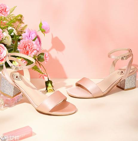 什么颜色凉鞋显脚白?显脚白的凉鞋颜色推荐