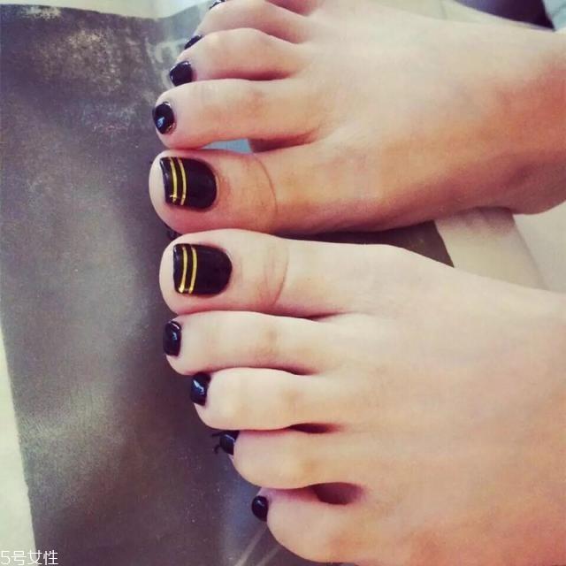 脚趾美甲新款式 简单款脚指甲美甲图片