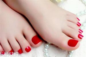 脚黑穿凉鞋涂什么颜色指甲油好看 穿凉鞋怎么搭配指甲油好