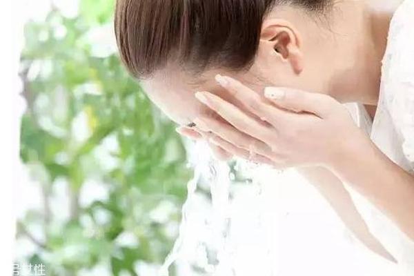 夏天怎么洗脸才不油腻 夏天洁面正确方法
