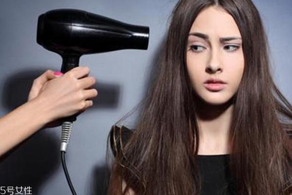 吹头发怎么吹出顺滑感 吹头发正确方法