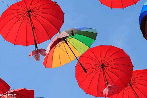 红色遮阳伞防晒吗 白色遮阳伞防晒吗
