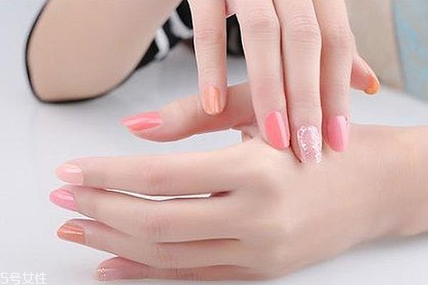 涂彩色指甲油要涂底油吗?指甲油能用卸妆油卸吗?