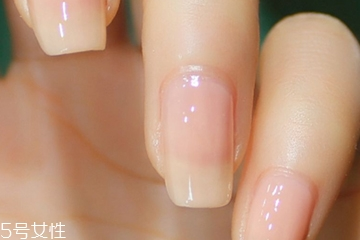 短指甲涂什么颜色显手肥 短指甲不能碰的美甲图案