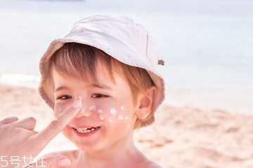 婴儿防晒霜擦在哪些地方 婴儿防晒霜要抹到头皮上吗