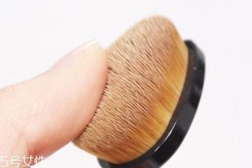 毛孔大怎么遮瑕最好 让毛孔消失的2个技巧